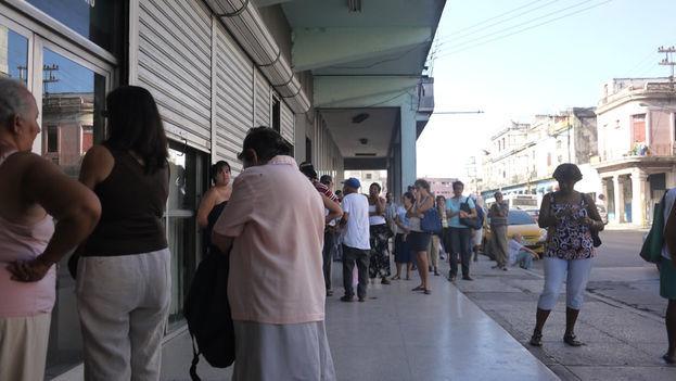Largas colas a las afueras de una sucursal bancaria de la calle Infanta, La Habana. (14ymedio)