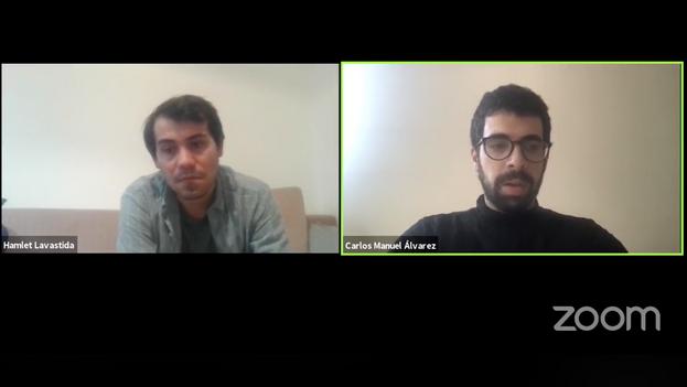 El artista Hamlet Lavastida, a la izquierda, durante su entrevista con el escritor Carlos Manuel Álvarez. (Captura)