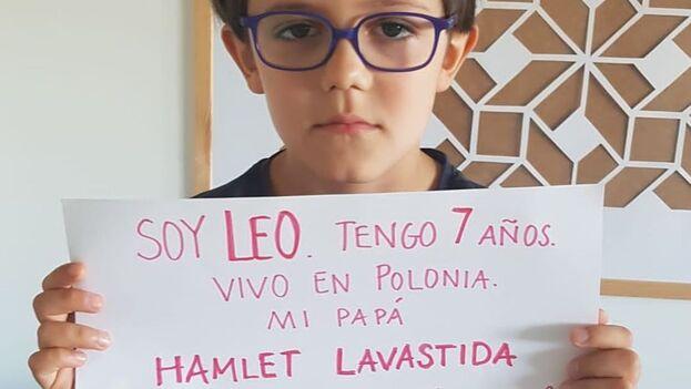Este martes, allegados de Lavastida publicaron en redes una foto de su hijo, Leo, de siete años, con un cartel entre las manos que pide su liberación. (Facebook)