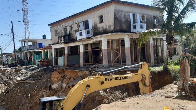 """""""Mira esa casa, lo bien que estaba y ahora hay que demolerla"""", lamentaba un residente de la zona ante el socavón enorme que se abrió junto a la excavación en Lawton que realizaron trabajadores del Instituto Nacional de Recursos Hidráulicos de La Habana. (14ymedio)"""