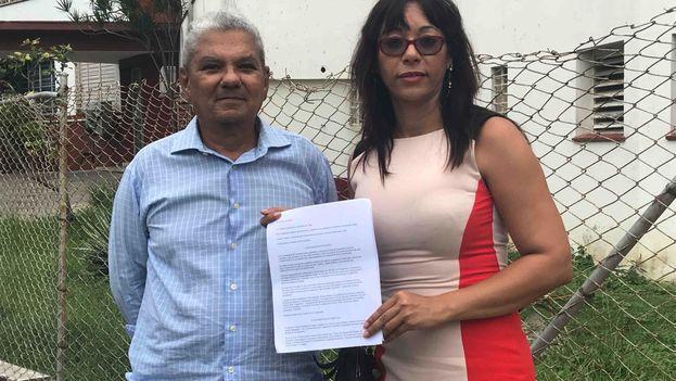 El opositor Moisés Leonardo Rodríguez y la directora del programa 'Lente Cubano', Iliana Hernández tras entregar la denuncia en la Fiscalís General. (Cortesía)