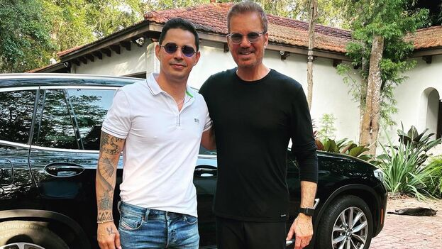 Los cantantes Leoni Torres y Willy Chirino, en la foto que publicó este en sus redes este martes. (Facebook)