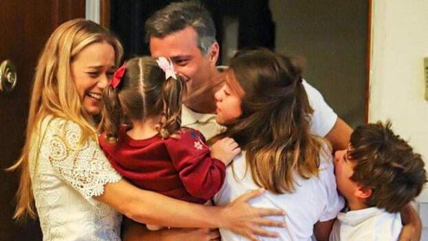 Leopoldo López se encontraba desde el 30 de abril del año pasado en la residencia del embajador de España como huésped y este domingo se ha encontrado con su familia. (Twitter/@LesterToledo)