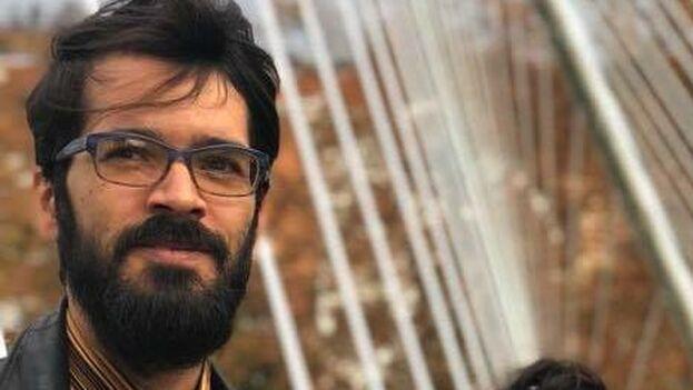 """El artista plástico Léster Álvarez creó la editorial 'La Maleza' para """"desagraviar algunas obras literarias"""". (14ymedio)"""