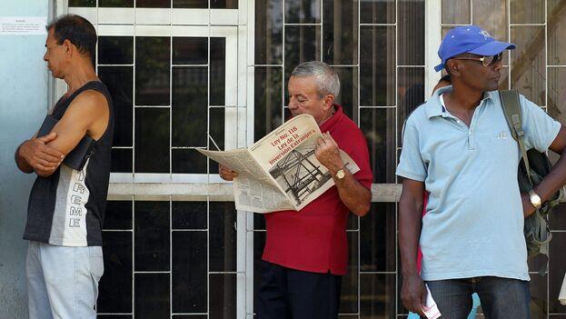 Un hombre consulta la Ley de Inversión Extranjera en La Habana. (EFE)
