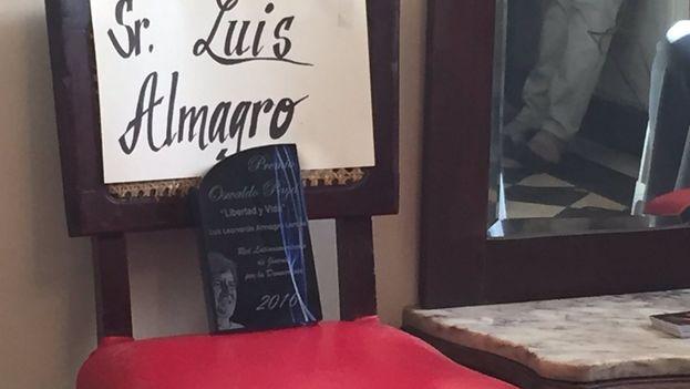 """La silla vacía con el premio Oswaldo Payá """"Libertad y Vida"""" que el Secretario General de la OEA, Luis Almagro no pudo recoger. (Redes)"""