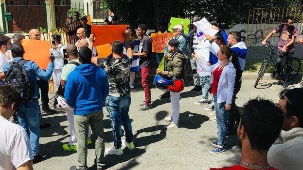 Los manifestantes reclamaron el derecho a la libertad de movimiento de Lidier Hernández Sotolongo, sobre quien pesa una prohibición de salida de Cuba. (Facebook)