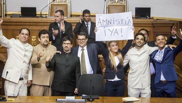 Lilian Tintori acudió como invitada a la sesión inaugural de la Asamblea de Venezuela. (Twitter/@liliantintori)