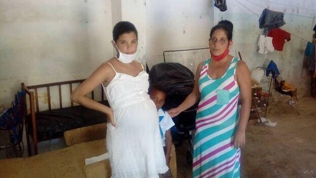 Liliana Torres Ramos con sus hijos en el inmueble que ocupan desde junio. (14ymedio)