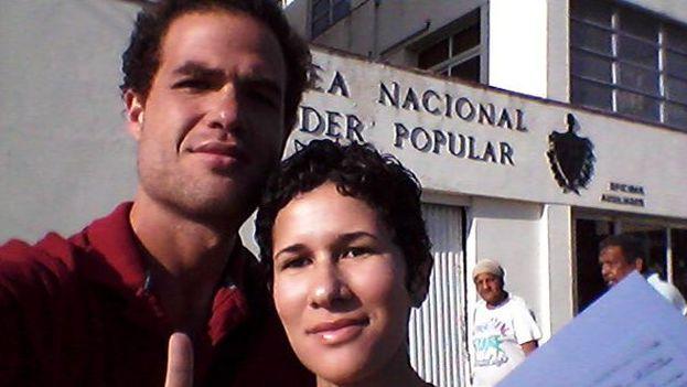 Los activistas de Cuba Decide María de Lourdes y Luis Alberto Mariño, quienes entregaron la carta este miércoles a la Asamblea Nacional. (Twitter)