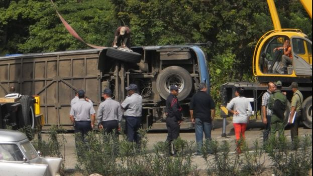 Lugar del accidente durante la retirada del ómnibus de la vía. (Unpacu)