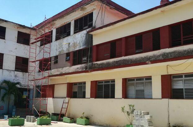 Lugar desde el cual se desprendieron fragmentos de la cornisa e hirieron a estudiantes en una escuela en La Habana. (14ymedio)