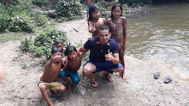 El médico cubano Luis Alberto Martinez Vila durante su labor en Brasil. (Facebook)