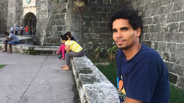 El artista Luis Manuel Otero Alcántara, minutos después de ser liberado bajo fianza. (14ymedio)