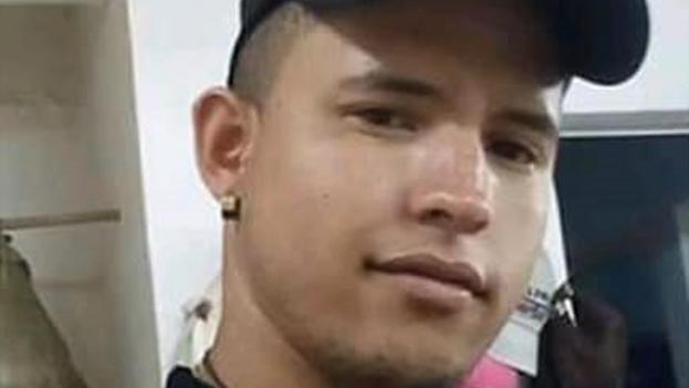 """Luis Robles Elizastigui, """"el joven de la pancarta"""", en un video fechado tres días antes de su detención. (Facebook)"""