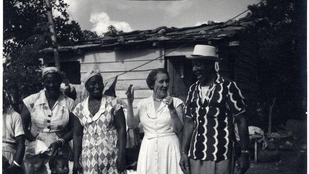 """Lydia Cabrera con un grupo de afrocubanos en el campo. (Colección """"Lydia Cabrera Papers"""" , Universidad de Miami)"""