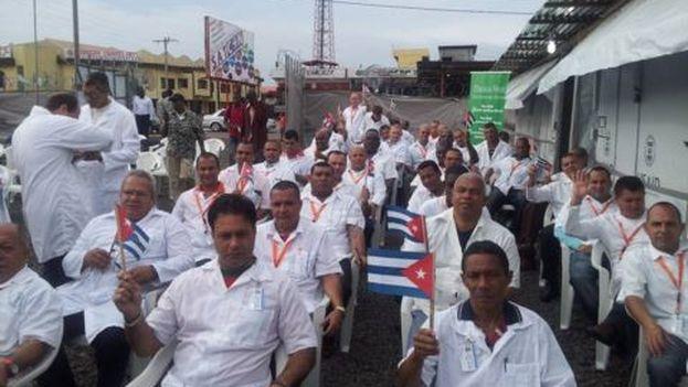 Médicos cubanos en el acto de inauguración del hospital de campaña de Monrovia, financiado por la USAID.