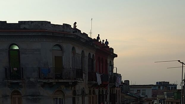 En respuesta al operativo policial en el Malecón, decenas de vecinos del litoral subieron hasta las azoteas de los edificios familiares para poder ver el acercamiento de la flotilla y los fuegos artificiales de los exiliados cubanos. (14ymedio)