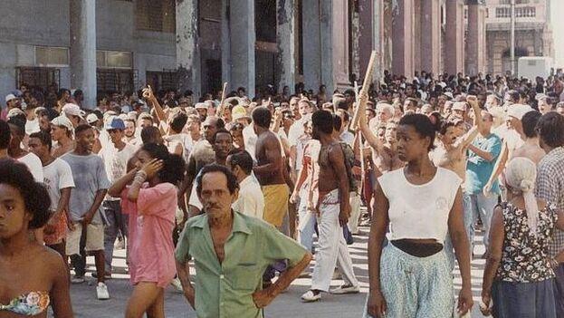 El alzamiento popular conocido como El Maleconazo comenzó en la Avenida del Puerto y mucha gente se fue sumando a lo largo del malecón habanero. (Karel Poort)