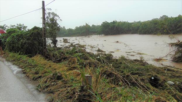 En Manicaragua, Villa Clara, al medio día de este martes las intensas lluvias continuaban afectando el municipio. (Telecubanacán)