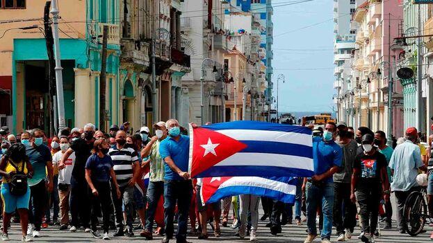 Manifestantes este 11 de julio frente al Capitolio cubano, en La Habana. (EFE/Ernesto Mastrascusa)