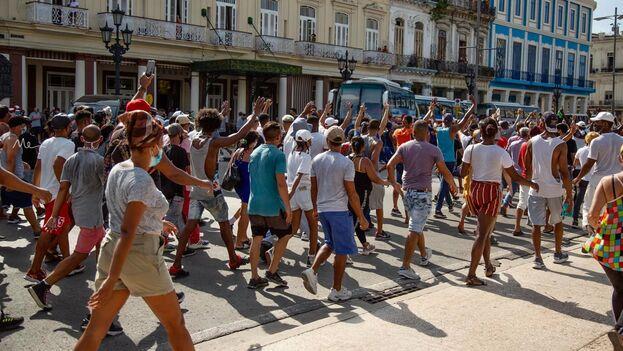 Manifestantes en una calle de La Habana el 11 de julio de 2021. (Marcos Evora)
