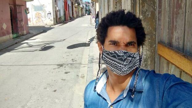 El artista Luis Manuel Otero Alcántara saliendo de su casa este sábado rumbo al Capitolio unos minutos antes de ser detenido. (Facebook)