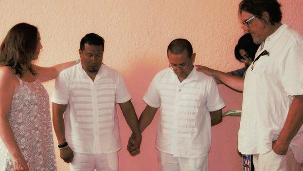 Mariela Castro y su esposo, el italiano Paolo Titolo, en una ceremonia de la Iglesia Cristiana Metropolitana en Cuba. (Cortesía)