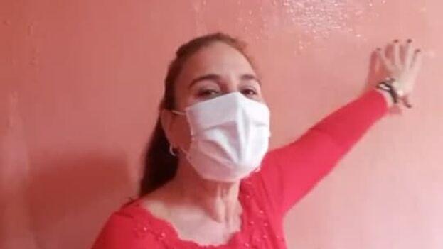 Marlene Hernández es una de los vecinos del biplanta que intentan atraer la atención de las autoridades con la invitación. (Captura)