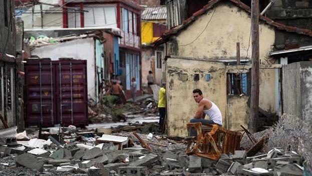 El huracán Matthew dejó a su paso por Cuba graves destrozos en el extremo oriental de la Isla, con derrumbes de viviendas totales y parciales, postes de electricidad tumbados y carreteras cortadas. (EFE)