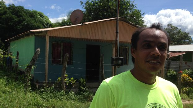 Mauricio Martínez vive, desde que nació, frente a la iglesia Betel en el barrio de Nazaret (Foto 14ymedio/Reinaldo Escobar)