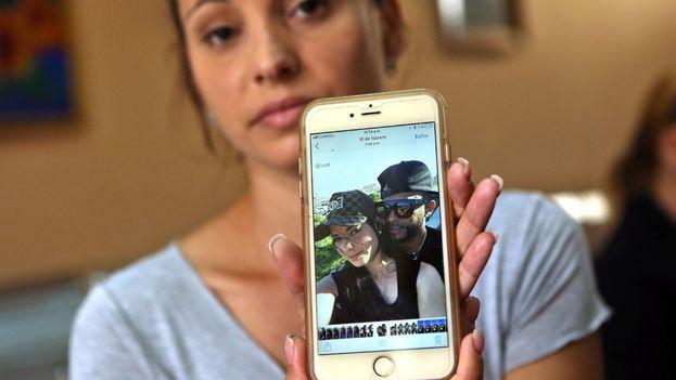 Maylín Díaz, muestra una foto de su hermana Mailén, última sobreviviente del accidente de avión. (EFE)