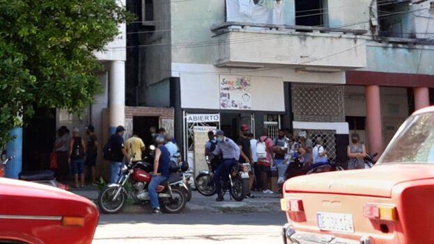 En 19 de Mayo, entre Ayestarán y Amezaga, en La Habana, varios agentes de la Policía y de la Seguridad del Estado vigilaban las calles este martes. (14ymedio)