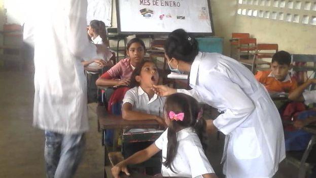 Médicos cubanos en la escuela Herminia Farías, Venezuela. (Facebook)