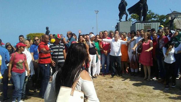 Médicos cubanos durante un acto en el estado de Carabobo. (Facebook)