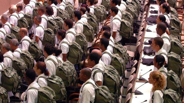 Médicos cubanos equipados para misiones de emergencia. (EFE)