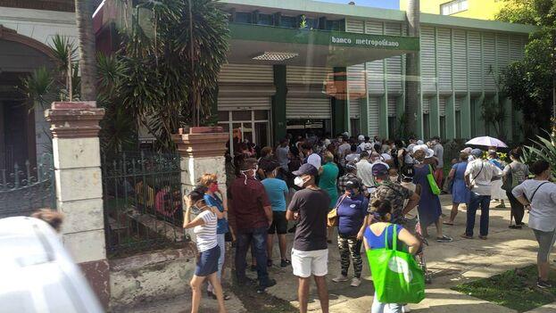 Frente al Banco Metropolitano de la calle Línea, en el Vedado habanero, se multiplicó la presencia de clientes para abrir las ansiadas cuentas en Moneda Libremente Convertibles. (14ymedio)