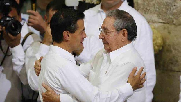 El presidente de México, Enrique Peña Nieto, saluda a su homólogo cubano, Raúl Castro. José MéndezEFE