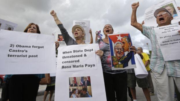 Algunos exiliados en Miami manifestandose en contra de la apertura de la embajada de EE UU en La Habana. (EFE)