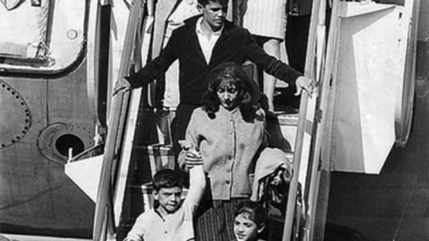 Un grupo de niños cubanos llega al aeropuerto de Miami en 1961, en el marco de la Operación Peter Pan. (Barry University/Archivo)