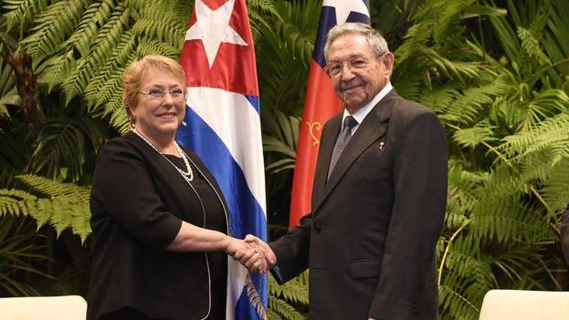 """Michelle Bachelet y Raúl Castro abordaron la """"situación regional e internacional y los desafíos de la integración latinoamericana y caribeña"""" además de las relaciones económicas bilaterales. (EFE)"""