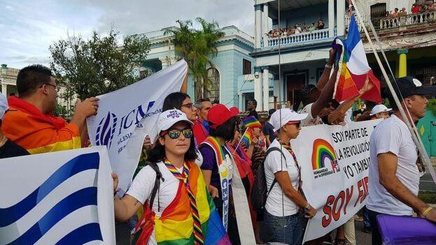 Miembros de la Iglesia de la Comunidad Metropolitana desfilan en la Conga contra la homofobia y la transfobia. (Facebook/Archivo)