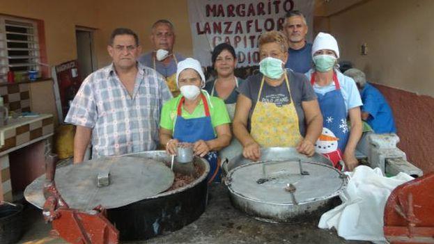 Miembros del Proyecto Capitán Tondique preparan alimentos para personas desamparadas. (Cortesía)