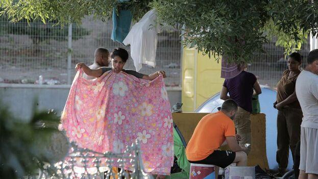 Migrantes cubanos que duermen en un pequeño campamento al lado del Puente Internacional en Matamoros, México, se preparan para enfrentar otro día de espera para solicitar asilo político en los Estados Unidos. (el Nuevo Herald)