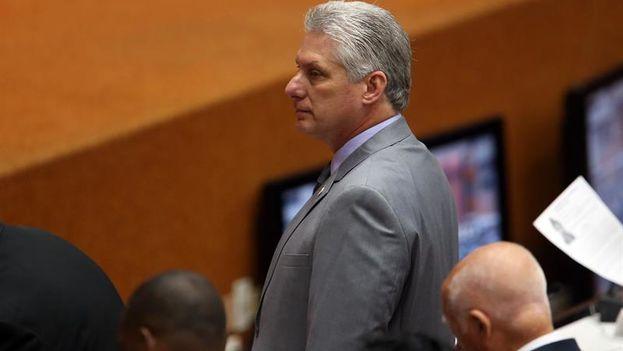 Con traje gris y sonrisa contenida, Miguel Díaz-Canel Bermúdez se levantó de la silla entre aplausos al ser propuesto como presidente de Cuba. (EFE/Alejandro Ernesto)