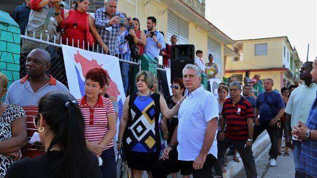 El primer vicepresidente de Cuba, Miguel Díaz-Canel y su esposa Lis Cuesta hacen fila para votar en las elecciones generales. (EFE/Alejandro Ernesto)