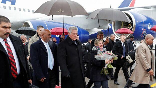 Miguel Díaz-Canel y su esposa Liz Cuesta son escoltados a la salida del aeropuerto de San Petersburgo. (EFE)