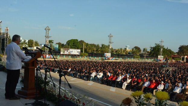 Miguel Díaz-Canel ante 10.000 granmenses reunidos en la Plaza de la Patria de Bayamo este 26 de Julio. (@PresidenciaCuba)