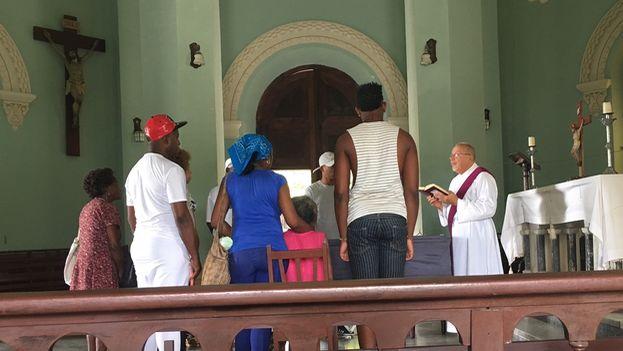 El padre Miguel Ponce lleva a cabo las exequias fúnebres. (14ymedio)