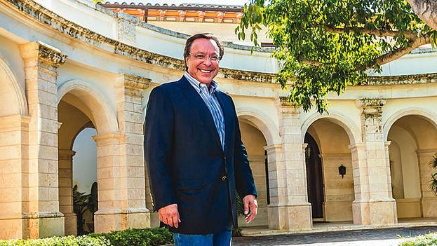 Mike Fernández ha construido su fortuna con una empresa de servicios sanitarios y reside en Miami (CC)